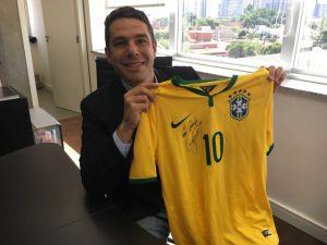 Marcus Buaiz abraça a campanha #saveJoao e doa camisa autografada por Neymar