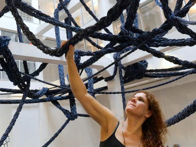 Laura Lima com sua instalação no Institute of Contemporary Art em Miami || Créditos: Divulgação