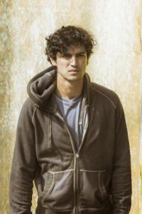 """Gabriel Leone vive militância na TV: """"Eu teria reações parecidas"""""""