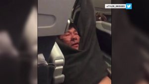 United chega a acordo com o passageiro que foi arrastado para fora do avião
