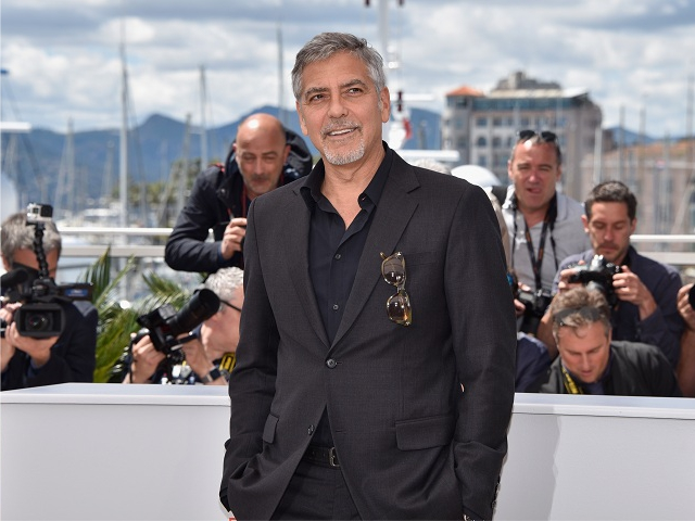 Clooney durante sessão de fotos em Cannes || Créditos: Getty Images