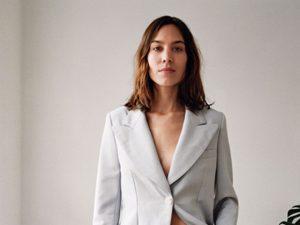 Confira cliques da coleção de estreia da marca de Alexa Chung