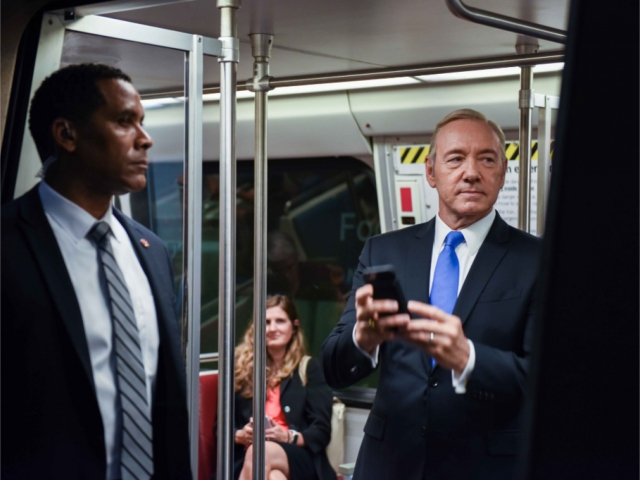 Kevin Spacey, como Frank Underwood, no metrô de Washington