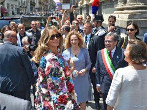 """Casaco de R$ 170 mil usado por Melania Trump na Itália já nasce """"esgotado!"""""""