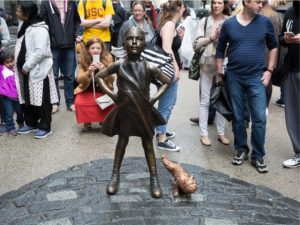 Nova obra satiriza estátua de garota desafiando touro em Wall Street. Oi?