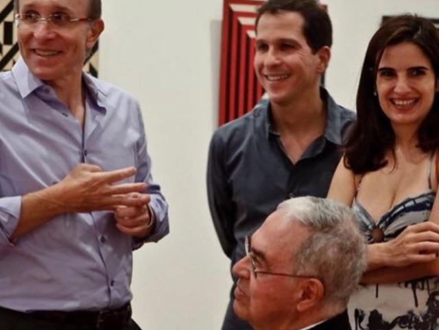 Sergio Fadel, sentado. Na foto também aparece Marcio Fainziliber, marido de Mara || Créditos: Reprodução/ Facebook