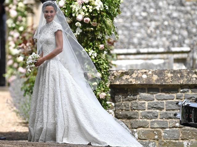 Pippa Middleton com vestido de noiva assinado por Giles Deacon || Créditos: Getty Images
