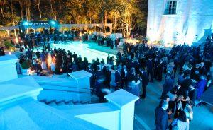 Palácio Tangará em São Paulo arma festa com show, nado sincronizado e performance