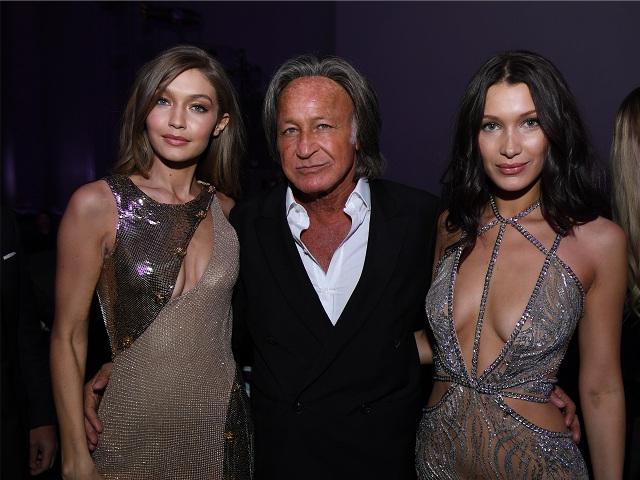Mohamed entre as filhas, Gigi e Bella Hadid || Créditos: Getty Images