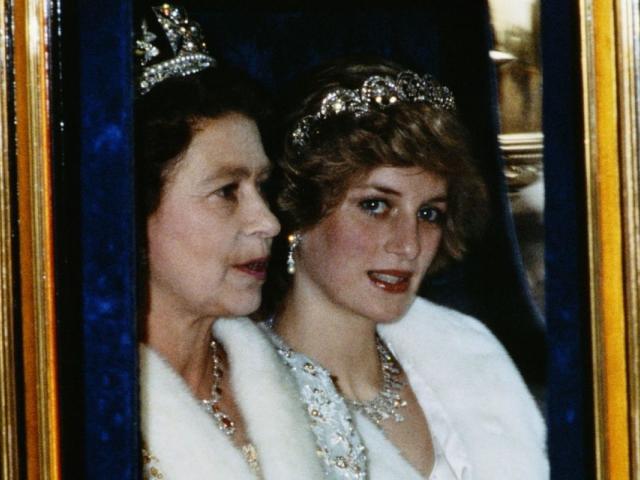 A rainha com Diana || Créditos: Getty Images