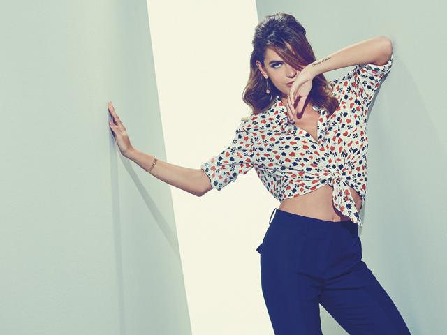 Camisa Etoiles, calça Emilio Pucci, brinco Tiffany & Co., bracelete Cartier, anéis mão esq. Aron & Hirsch, mão dir. Maxior
