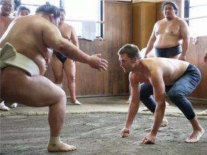 Tom Brady pratica sumô em Tóquio