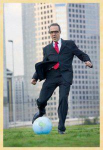 Entre o boleiro e a bolada: quem manda no mundo do futebol