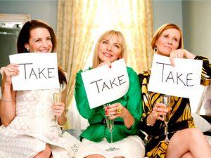 """Levar! Charlotte, Samantha e Miranda ajudam Carrie a decidir que peças do closet manter na série """"Sex and The City"""""""