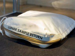 Bolsa que Neil Armstrong usou na Lua é vendida por US$ 1,8 mi em leilão