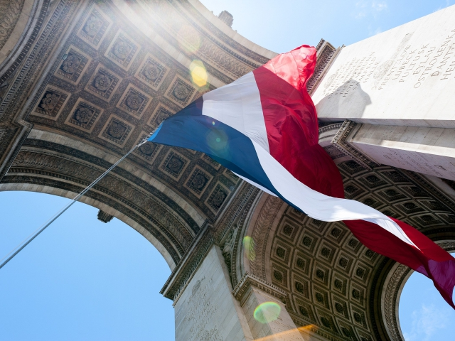 A bandeira francesa sob o Arco do Triunfo, em Paris
