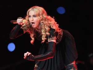 Bilhete no qual Madonna gonga Whitney Houston e Sharon Stone vai a leilão