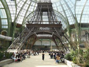 O visual de Paris dentro do Grand Palais para a alta-costura de Chanel