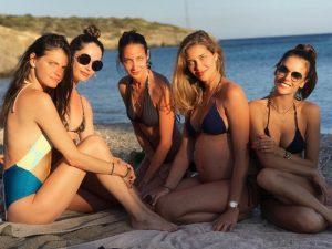 Turma boa de tops brasileiras curte o verão na Grécia