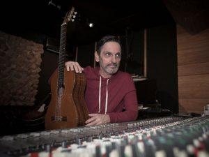 Novo álbum de Paulo Miklos tem parceria inédita com Emicida