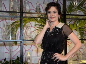 Drica Moraes: renúncias por amores, em guerra pelo teatro, em paz consigo. À entrevista!