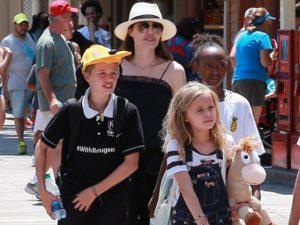 """Angelina Jolie banca a """"Tia Augusta"""" e leva os filhos para a Disneylândia"""