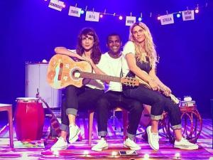 Carolina Dieckmann relembra incêndio, toca violão… e canta! Assista!
