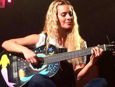 Carolina Dieckmann canta e toca violão em homenagem a Mallu Magalhães!