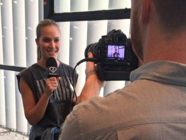 """Você precisa saber de Carla Salomão, a modelo brasileira que está no ar no """"FashionTV News"""""""