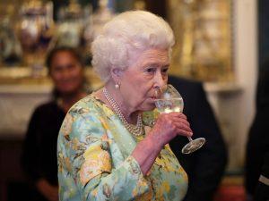 Ex-funcionário da família real desmente hábitos alcoólicos da Elizabeth II