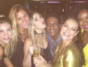 """Luana Piovani completa 41 anos """"só no ouro"""" em boate do Rio. Como foi a festa?"""