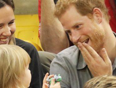 Príncipe Harry divide pipoca com menina de dois anos e vídeo viraliza. Fofura pura
