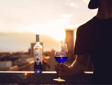 Febre na Europa e proibido no Brasil, vinho azul vai ser lançado em breve nos EUA