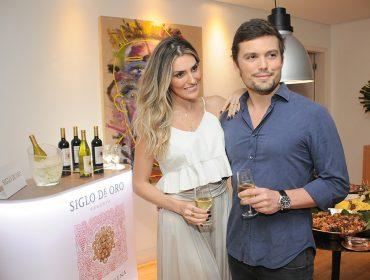 Pamela Ewbank e Theo lima armaram get together com vinhos Siglo de Oro