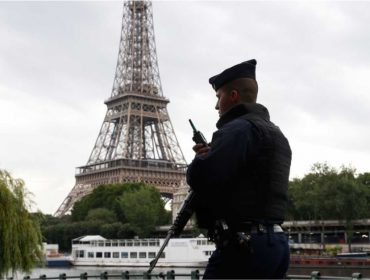 Obras de muro para proteger torre Eiffel começam em Paris com estouro no orçamento