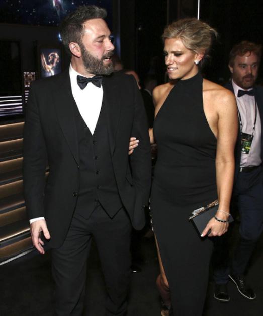 60b85466f Ben Affleck faz o low profile para acompanhar namorada no Emmy 2017 ...