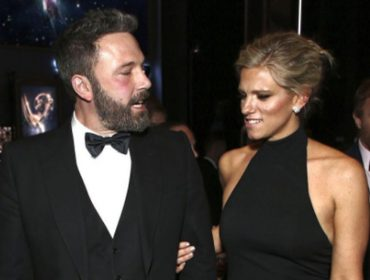 Ben Affleck faz o low profile para acompanhar namorada no Emmy 2017