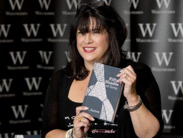 """E.L. James, autora da saga """"50 Tons…"""", anuncia data de lançamento de novo livro"""