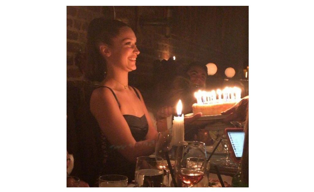 44ea71ce432 Bella Hadid comemora 21 anos com a irmã e os pais em restaurante de ...