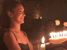 Bella Hadid comemora 21 anos com a irmã e os pais em restaurante de Nova York
