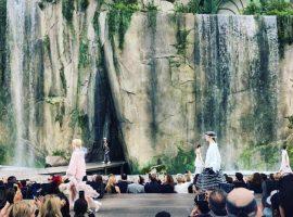 Chanel leva cachoeira de 30 metros para a passarela. Relembre outros cenários de tirar o fôlego