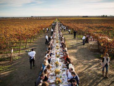 Região vinícola da Califórnia ganha jantar do bem com mesa montada na divisa entre dois condados