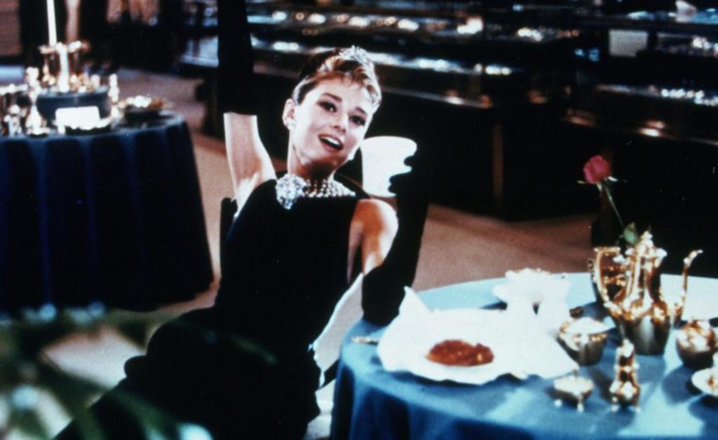 """Holly, personagem de Audrey Hepburn, em cena do filme """"Bonequinha de Luxo""""     Créditos  Divulgação 7c0716cd1a"""