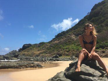 Mais que linda e talentosa, atriz Fernanda de Freitas participa de ação de limpeza em Noronha