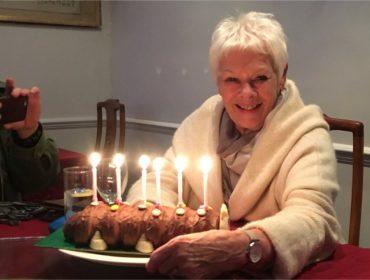 Judi Dench festeja aniversário de 83 anos com bolo em formato de centopeia de R$ 30