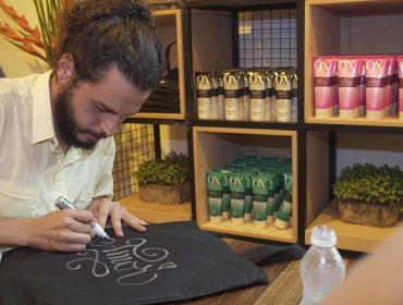 Calígrafo dá toque artsy em beauty bags para os convidados da Casa Glamurama Trancoso
