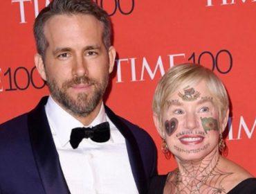 """Em clima de Comic Con, Ryan Reynolds """"tatua"""" bandeira do Brasil no rosto da mãe"""