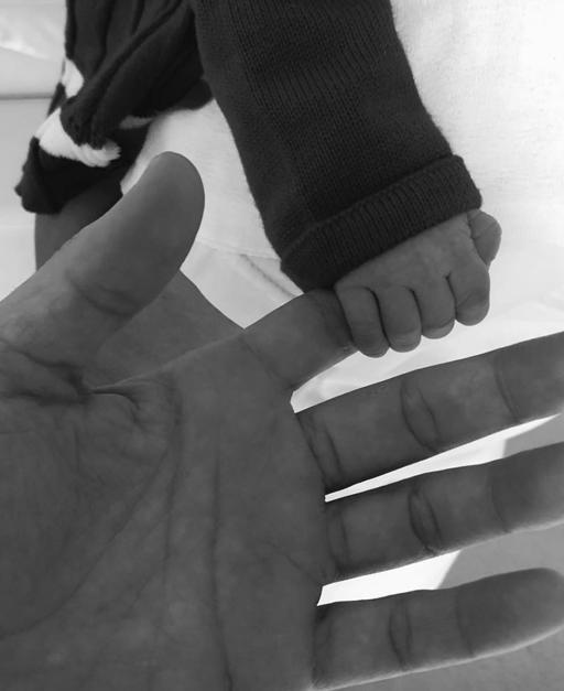 1136fee006 Rico Mansur e a mãozinha de sua filha Pollyanna
