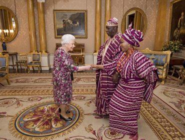 Rainha Elizabeth II ousa em look e faz um mix & match com autoridades nigerianas… Os súditos adoraram
