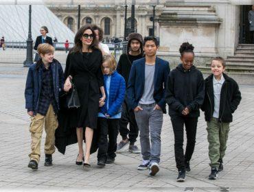 Em Paris para gravar comercial, Angelina Jolie leva os filhos para tour privée pelo Louvre